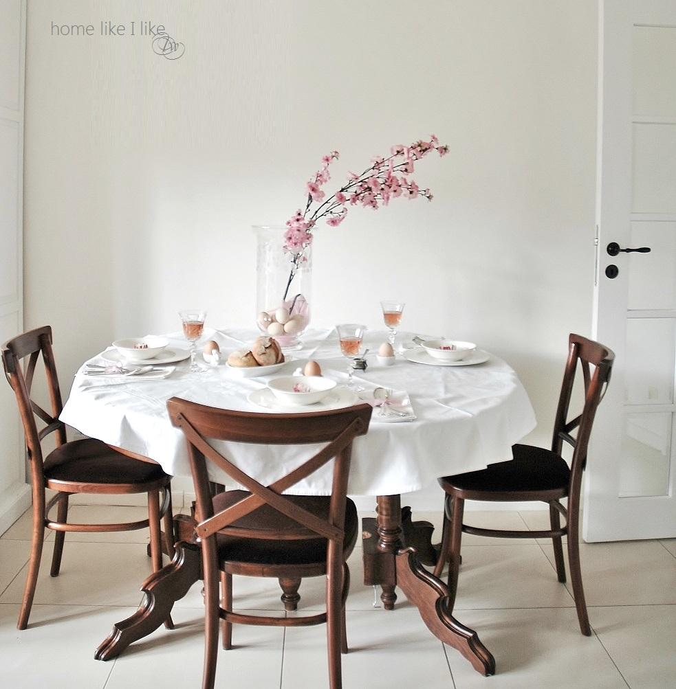 wielkanocny stół w kolorze Rose quarz - homelikeilike.com