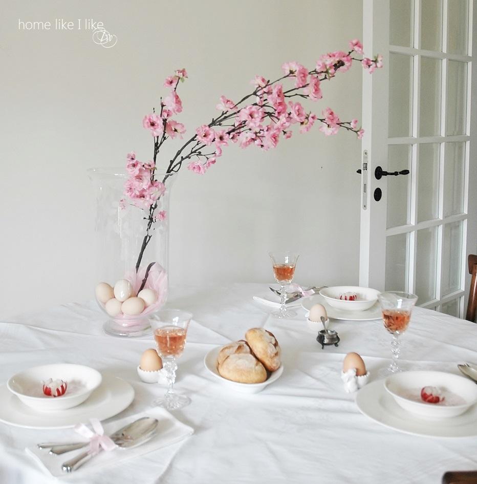 różowe kwiaty i wielkanocny stół - homelikeilike.com