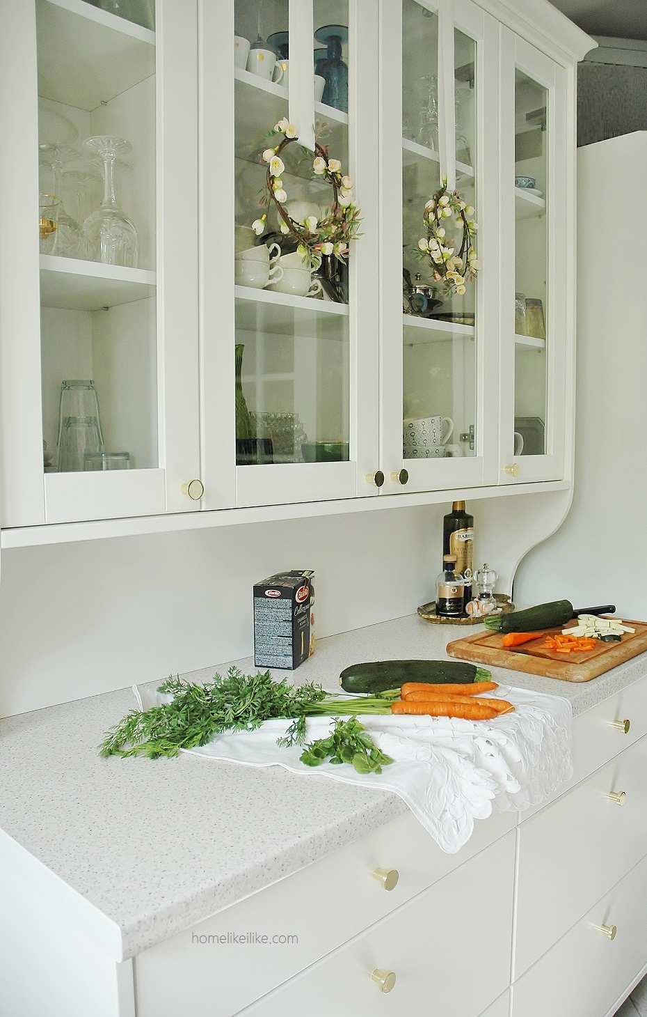 white kitchen with gold knobs - homelikeilike.com