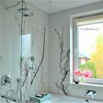 Łazienka z oknem, wanną i prysznicem